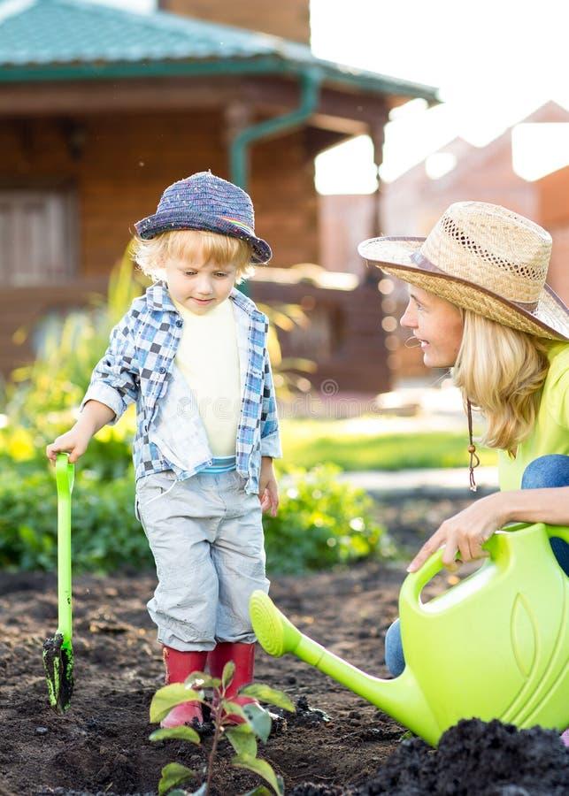 工作在庭院里的男孩的画象在假日 免版税库存照片