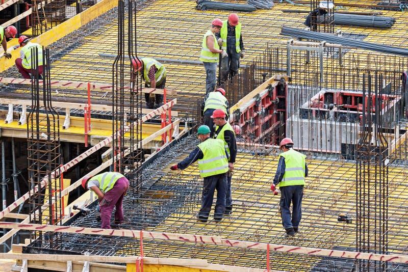 工作在建造场所的小组人 免版税库存照片