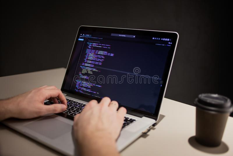 工作在开发环境里的程序员和编码人 程序员的工作场所 免版税库存照片