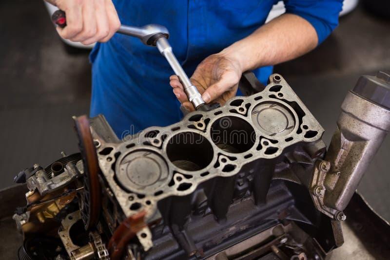 工作在引擎的技工 免版税库存照片