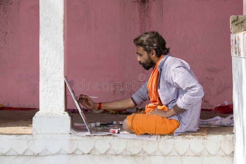 工作在恒河的ghats的绘画的艺术家在瓦腊纳西,印度 库存图片