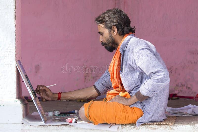 工作在恒河的ghats的绘画的艺术家在瓦腊纳西,印度 图库摄影
