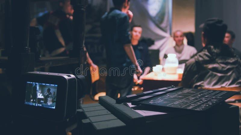 工作在戏院-影片集合的主任、电影摄影师和演员 库存照片