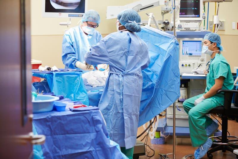 工作在手术室的外科医疗队 库存图片