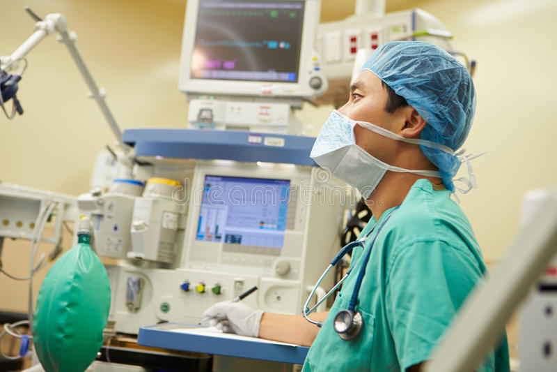 工作在手术室的麻醉师 库存图片