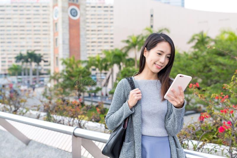 工作在手机的妇女在香港 免版税图库摄影
