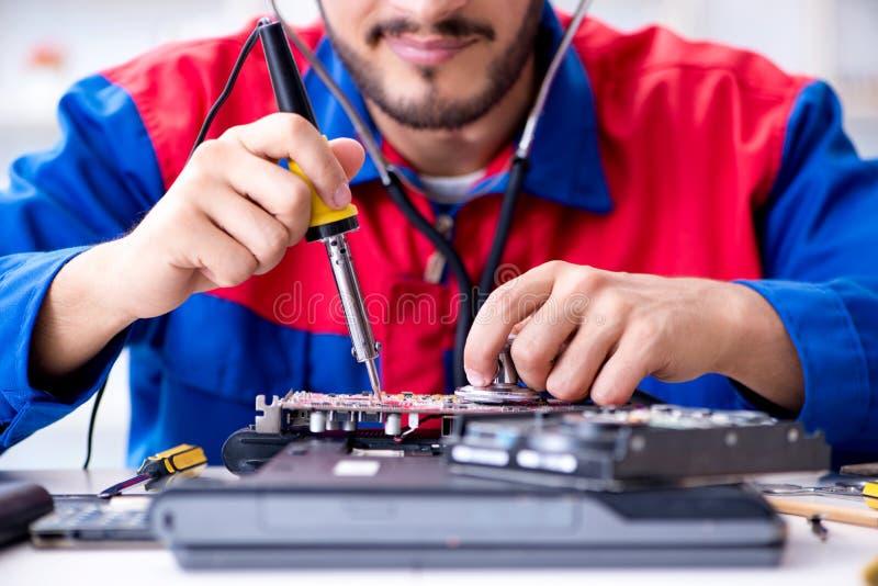 工作在技术支持定象计算机膝上型计算机tr的安装工 免版税库存图片