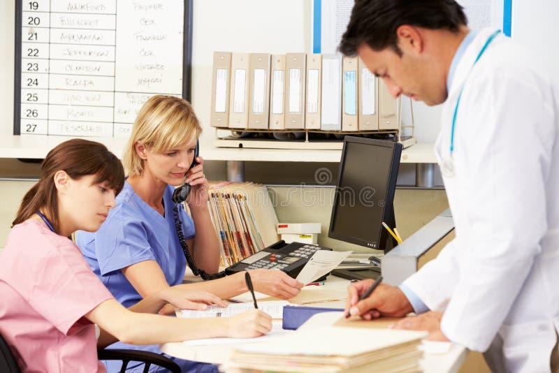 工作在护士岗位的With二医生护士 免版税库存照片