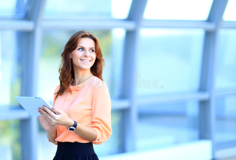 工作在数字式片剂的女实业家 免版税库存图片