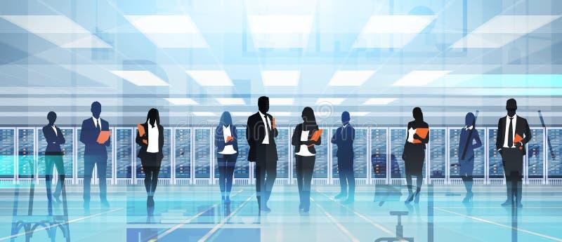 工作在数据中心室主服务器计算机信息数据库中的剪影人 库存例证