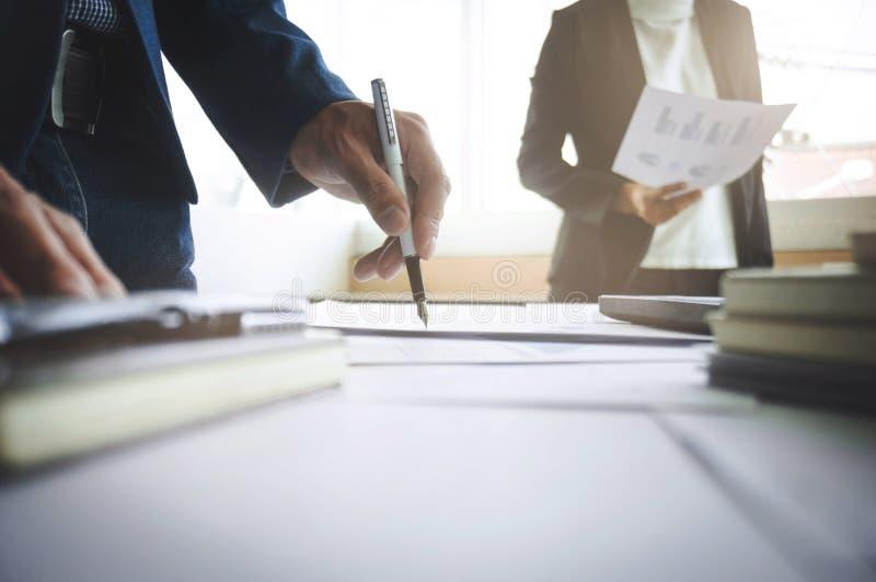 工作在数据资源估价投资的年轻商务伙伴顾问 免版税库存图片
