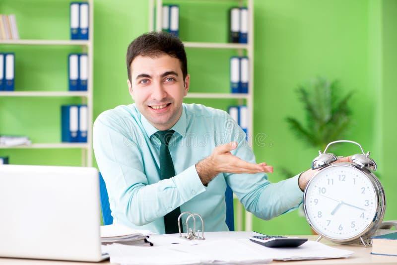工作在时间安排的办公室的男性财政经理 图库摄影
