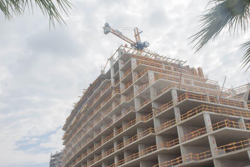 工作在有建设中许多的高楼的地方和起重机 免版税库存照片