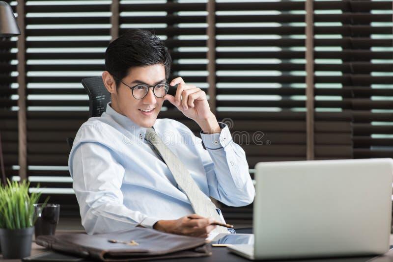 工作在有膝上型计算机的办公室的商人 库存图片