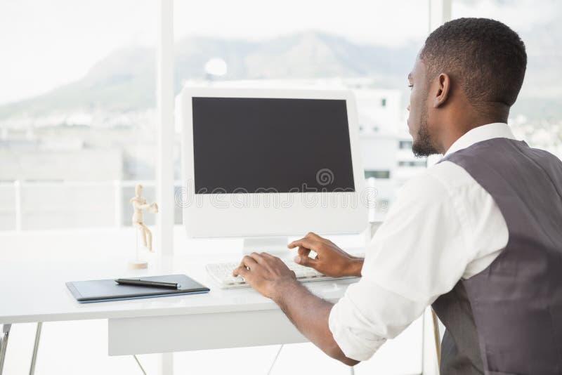工作在有计算机和数字化器的书桌的偶然人 图库摄影