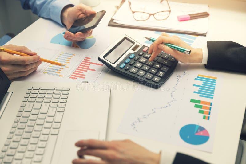 工作在有财政图表的办公室的企业队 免版税库存照片