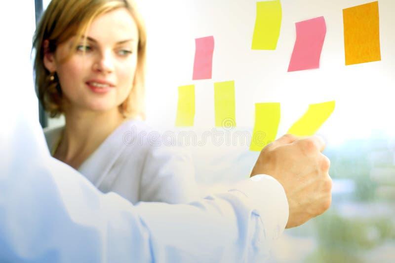 工作在有贴纸的办公室的企业队 免版税库存照片
