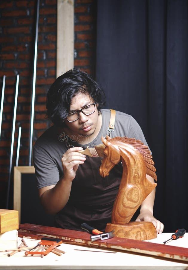 工作在木材加工车间的亚裔木匠 擦亮的Woode 库存照片