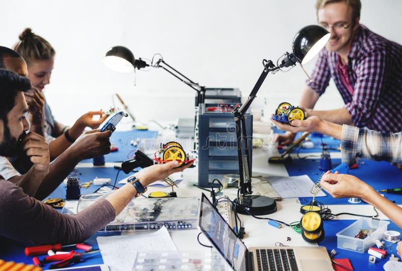 工作在机器人电子零件的电子技术员 图库摄影
