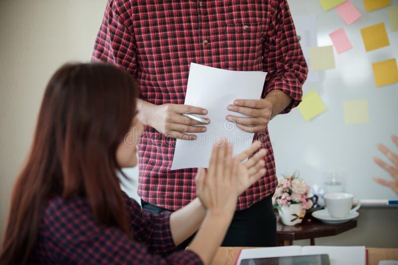 工作在格子花呢上衣的一群人在fi以后拍愉快 免版税库存照片