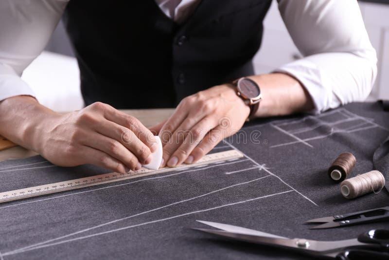工作在桌上的裁缝在工作室