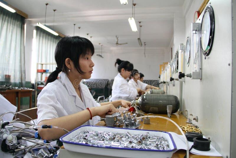 工作在检测线路的女孩 免版税库存图片