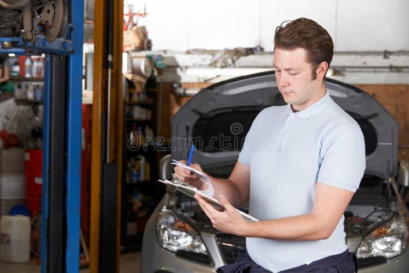 工作在汽车修理店的汽车修理师 库存图片