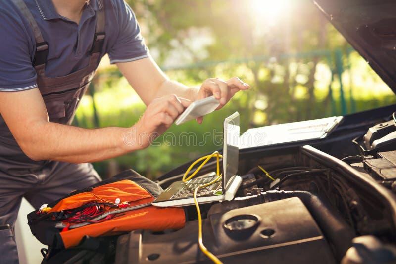 工作在汽车修理服务, photog的专业汽车修理师 免版税库存照片