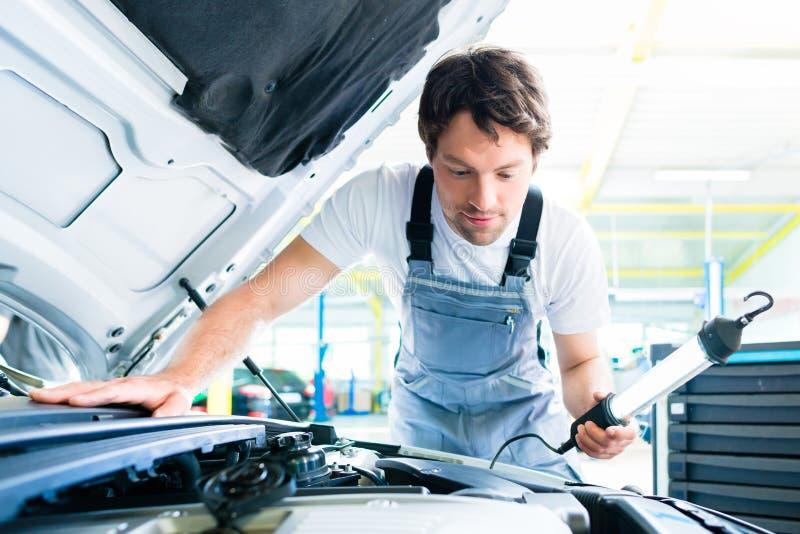 工作在汽车服务车间的汽车机械师 库存照片