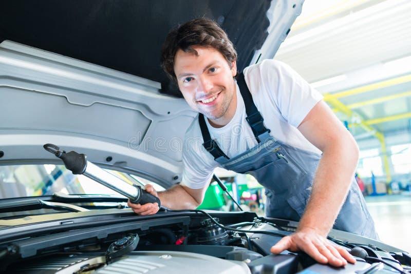 工作在汽车服务车间的汽车机械师 图库摄影