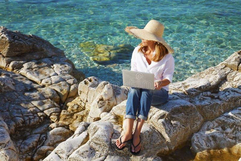 工作在海旁边 免版税库存照片