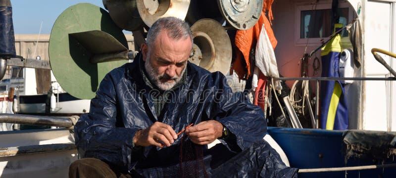 工作在海的渔夫 免版税库存照片