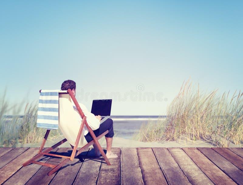 工作在海滩旁边的商人 库存图片