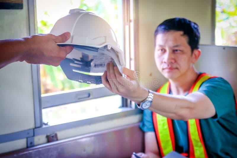 工作在火车的工程师 免版税库存图片