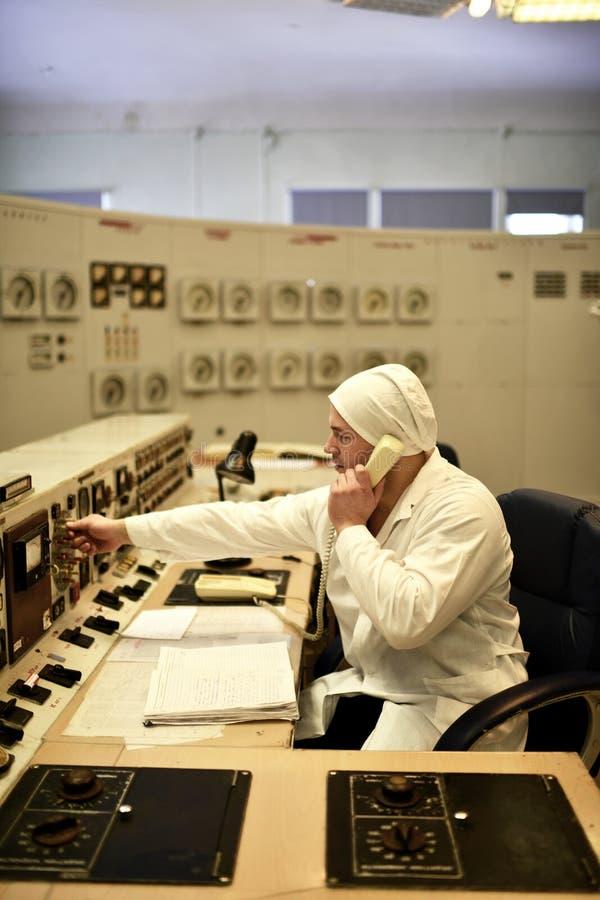 工作在热电厂书桌的核工厂工程师 库存照片