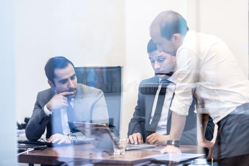 工作在现代办公室的公司业务队 免版税库存图片