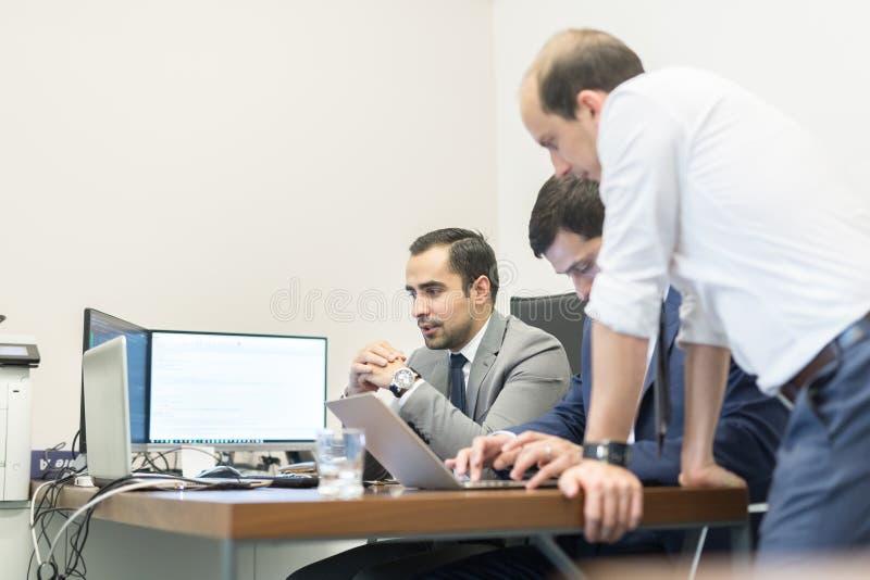 工作在现代办公室的公司业务队 免版税库存照片