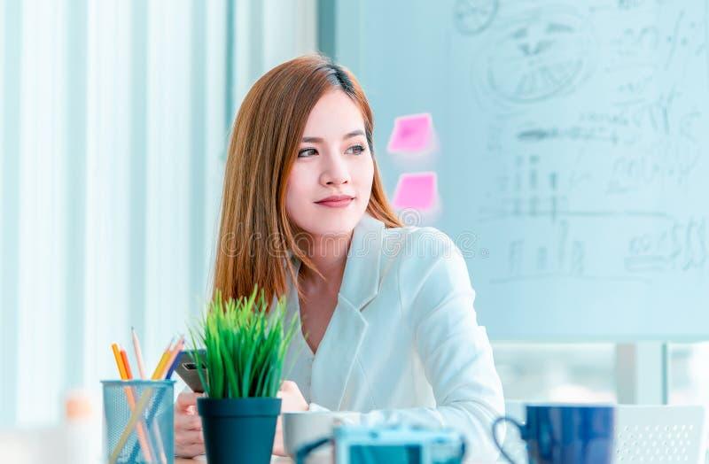 工作在现代办公室,咖啡休息的妇女 免版税库存图片