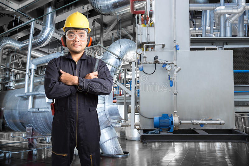 工作在现代大力士控制室的电机工程师  免版税库存图片