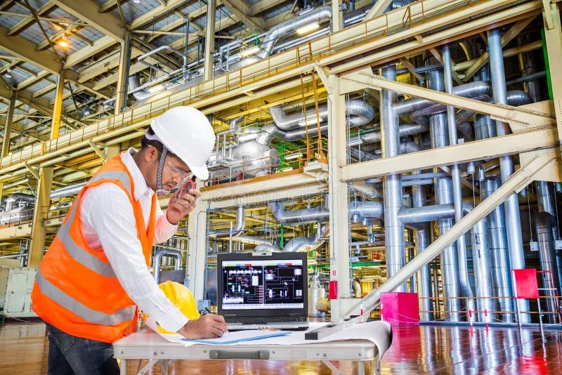 工作在现代热电厂的电机工程师 库存图片
