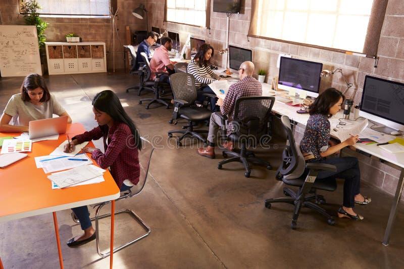 工作在现代设计办公室的高的观点的人 免版税库存图片