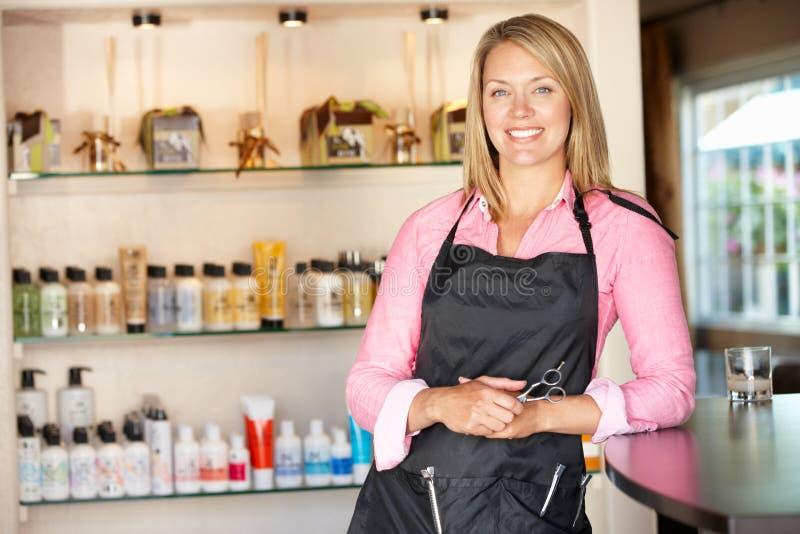 工作在理发沙龙的妇女 免版税库存照片