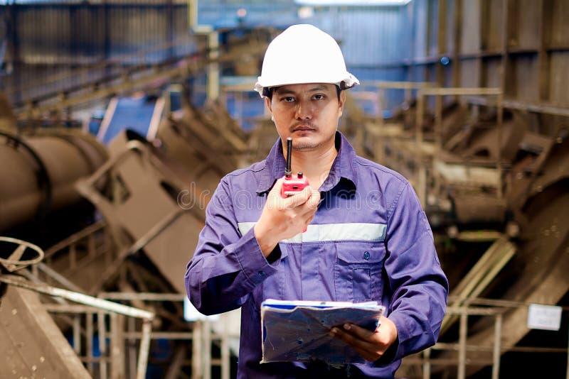工作在生产线过程的工程师 库存照片