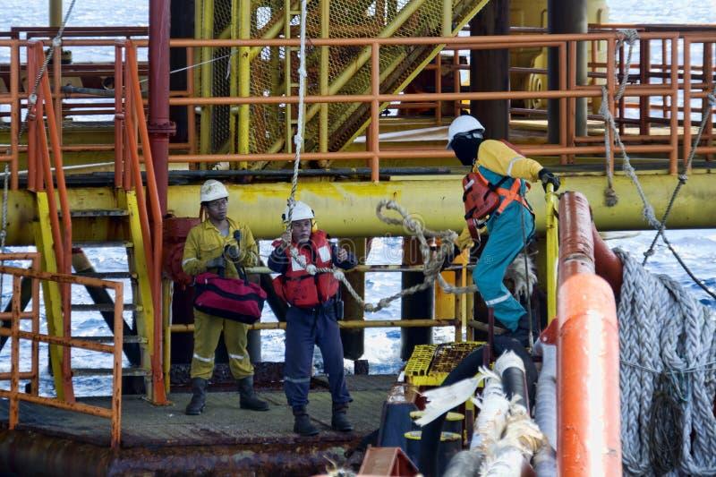 工作在甲板的甲板乘员组 免版税图库摄影