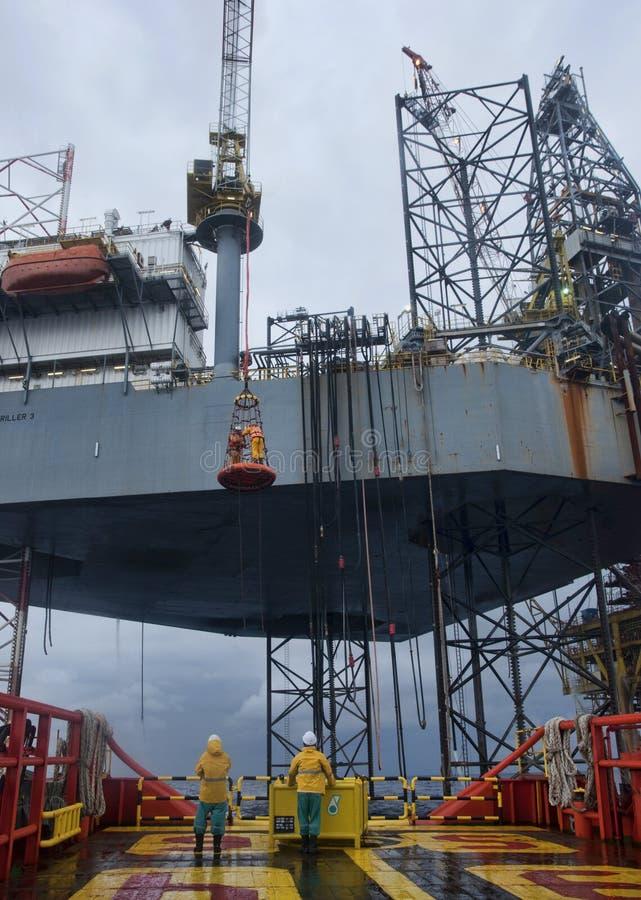 工作在甲板的甲板乘员组 免版税库存图片