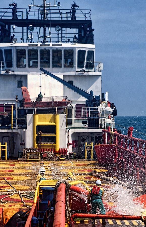 工作在甲板的甲板乘员组 库存图片