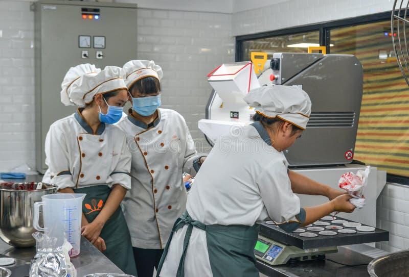 工作在的人们烘烤工厂 免版税库存照片