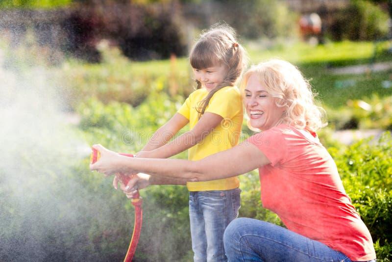 工作在的母亲和女儿小女孩 免版税图库摄影
