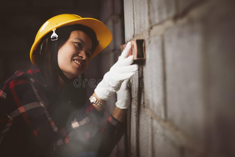 工作在站点的亚洲妇女与愉快一起使用 免版税库存图片