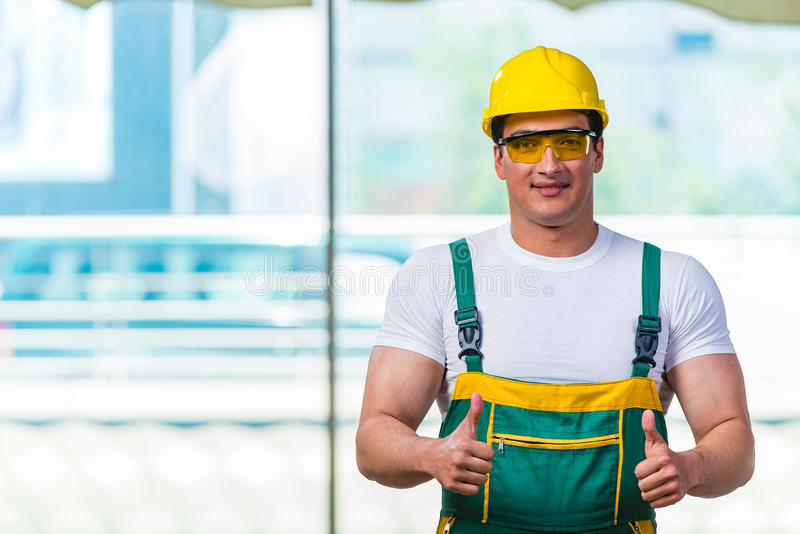 Download 工作在站点的年轻建筑工人 库存图片. 图片 包括有 事业, 建筑, 安装工, 专业人员, 维护, 技工, 维修服务 - 72363851